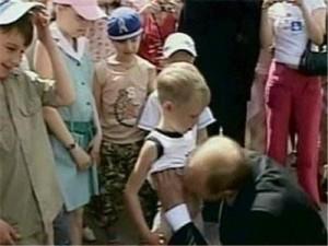 Putin besando el estómago de un niñito
