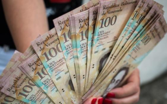 Aviones llenos de billetes llegan a Venezuela para alimentar la inflación